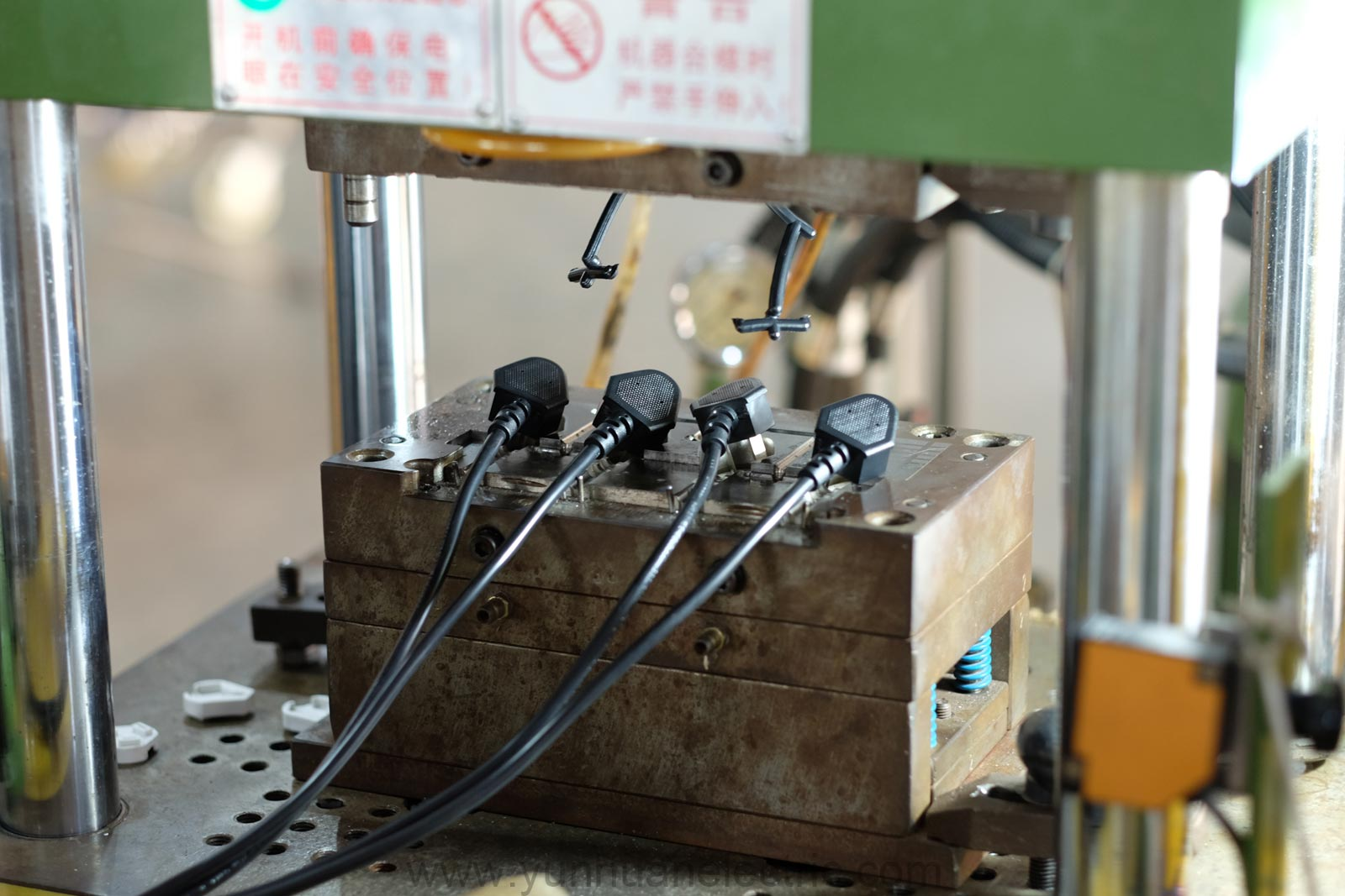 Flexible Wire Molding : China prong right angle power cord